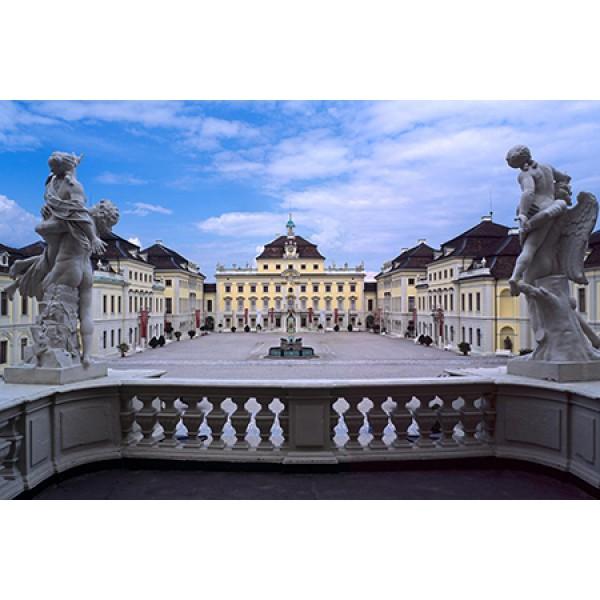 Schloss Ludwigsburg mit blühendem Garten